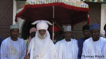 Titel: Ado Bayero, Emir von Kano/Nigeria Schlagworte: Kano, Nigeria, Emir, Bayero Wer hat das Bild gemacht?: Thomas Mösch Wann wurde das Bild gemacht?: 27.5.2008 Wo wurde das Bild aufgenommen?: Kano / Nigeria Bildbeschreibung: Bei welcher Gelegenheit / in welcher Situation wurde das Bild aufgenommen? Wer oder was ist auf dem Bild zu sehen? Ado Bayero ist seit 1963 Emir von Kano. Er wurde am 15. Juni 1930 geboren und ist einer der wichtigsten traditionellen Führer Nigerias. Bildrechte: (Grundsätzlich nur eine Variante möglich, Nichtzutreffendes bitte löschen.) Der Fotograf ist (freier) Mitarbeiter der Deutschen Welle.