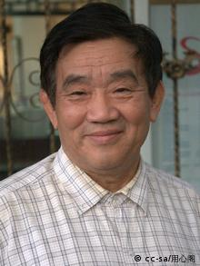Wikipedia: http://en.wikipedia.org/wiki/Yang_Jisheng Yang Jisheng (simplified Chinese: 杨继绳; traditional Chinese: 楊繼繩; pinyin: Yáng Jìshéng; born November 1940[1][2]) is a Chinese journalist and author of Tombstone (Mùbēi), a comprehensive account of the Great Chinese Famine during the Great Leap Forward. Yang joined the Communist Party in 1964 and graduated from Tsinghua University in 1966. He promptly joined Xinhua News Agency, where he worked until his retirement in 2001. As of 2008, he was the deputy editor of the journal Yanhuang Chunqiu (炎黄春秋) (Chronicles of History) in Beijing.[1][3] Yang Jisheng is also listed as a Fellow of China Media Project, a department under Hong Kong University.[3] *** eingestellt im Juni 2012