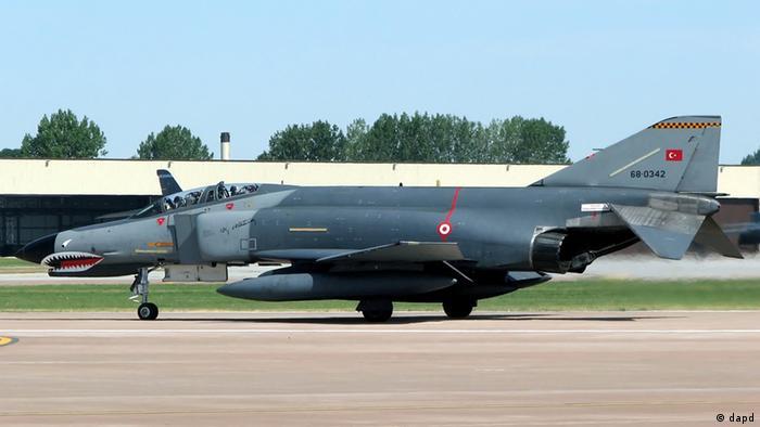 Eine McDonnell Douglas F-4E Phantom II der tuerkischen Luftwaffe faehrt beim Royal International Air Tattoo in Fairford, Gloucestershire, England, auf dem Rollfeld zur Startposition (Foto vom 17.06.06). Ein tuerkisches Flugzeug wird laut Medienberichten ueber dem Mittelmeer vermisst. Die amtliche tuerkische Nachrichtenagentur Anadolu meldete am Freitag (22.06.12), es seien zwei Piloten an Bord des Kampfjets, der am Mittag vom Radar verschwunden sei. Das Flugzeug habe den Luftwaffenstuetzpunkt Malatya-Erhac um 10.30 Uhr (Ortszeit) verlassen, um 11.58 Uhr sei es ueber dem Mittelmeer suedwestlich der Provinz Hatay vom Radar verschwunden. Der Gouverneur von Malatya, Ulvi Saran, sagte, es gebe keinerlei Informationen ueber den Verbleib des verschwundenen Flugzeugs oder die Piloten. Rettungsmannschaften suchten die Region nach den Vermissten ab. In anderen Medienberichten hiess es, Syrien habe den tuerkischen Jet abgeschossen. (zu dapd-Text) Foto: Adrian Pingstone/WikiCommons/dapd