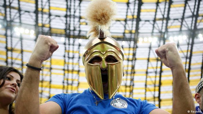 یکی از هواداران یونان پیش از آغاز بازی