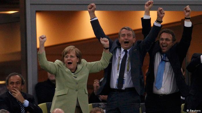 از چپ: میشل پلاتینی، رئیس اتحادیه فوتبال اروپا، آنگلا مرکل، صدراعظم، وولفگانگ نیرزباخ، رئیس فدراسیون فوتبال، و هانس پتر فریدریش، وزیر کشور آلمان