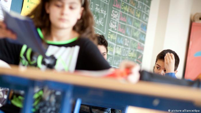 Schüler einer fünften Klasse sitzen im Klassenraum der Sophienschule Frankfurt (Foto: dpa)