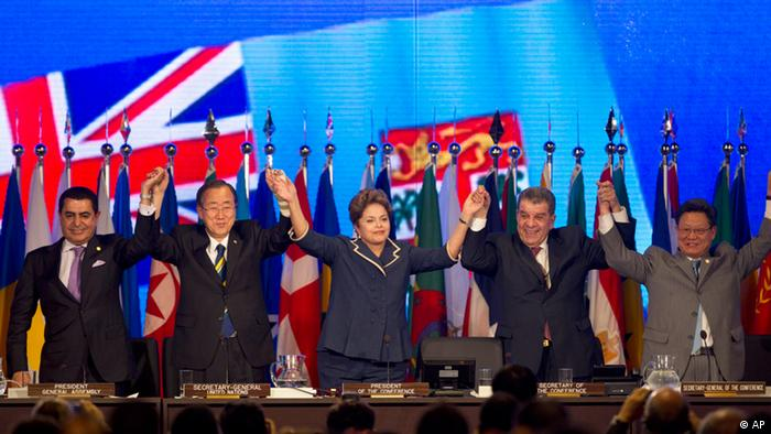 From left to right, UN General Assembly President Nassir Abdulaziz Al Nasser, United Nations Secretary General Ban Ki-Moon, Brazil's President Dilma Rousseff, Brazil's Secretary of the Conference Luis Figueiredo Machado, and Rio+20 Secretary-General Sha Zukang attend the closing ceremony of the Rio+20 UN Conference on Sustainable Development in Rio de Janeiro, Brazil, Friday, June 22, 2012. (Foto:Andre Penner/AP/dapd). Die Abschlusszeremonie des Rio-Gipfels unter anderem mit UN-Generalsekretär Ban und Brasiliens Präsidentin Rousseff (Foto: AP)