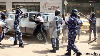 A South Sudanese protester (C) faces Sudanese policemen during scuffles at a counter protest demanding self-determintation and independance for South Sudan in Khartoum, Sudan, 09 October 2010. According to local media reports, the protest was organized to counter another one the same day, by Sudanese government supporters calling for Sudan's unity in reference to the upcoming South Sudan referendum planned for 09 January 2011. The two protests come one day after the arrival of a UN delegation to Khartoum on 08 October. The referendum is to decide wether South Sudan will remain or not part of Sudan. EPA/STRINGER +++(c) dpa - Bildfunk+++