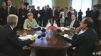 In this photo provided by the Italian Prime Minister Office, Italian Premier Mario Monti, left, talks with German Chancellor Angela Merkel, French President Francois Hollande and Spanish Premier Mariano Rajoy during a meeting in Rome, Friday, June 22, 2012. The leaders of Germany, France, Italy and Spain gathered in Rome on Friday to seek agreement on ways to pull Europe out of its crippling debt crisis. Merkel, Hollande, Rajoy and host Mario Monti got together to push for consensus to give momentum to a crucial summit of European Union leaders in Brussels on June 28 and 29. (Foto:Cristiano Laruffa, Italian Prime Minister Office, ho/AP/dapd)