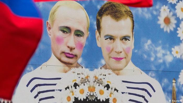 Eine Karikatur des russischen Präsidenten Putin und seines Premierministers Medwedew auf dem CSD in Berlin (Foto: REUTERS/Thomas Peter)