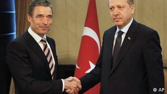 Secretary General of NATO Anders Fogh Rasmussen, left, is welcomed by Turkey's Prime Minister Recep Tayyip Erdogan in Ankara, Turkey, Monday, April 4, 2011. NATO Secretary-General Fogh Rasmussen holds talks with Erdogan and Foreign Minister Ahmet Davutoglu and other government officials after NATO took sole control of air military operations over Libya. The U.S. military will pull its warplanes from front-line missions Monday and shift to a support role in Libyan operations, a NATO official said. (Foto:Umit Bektas, Pool/AP/dapd).