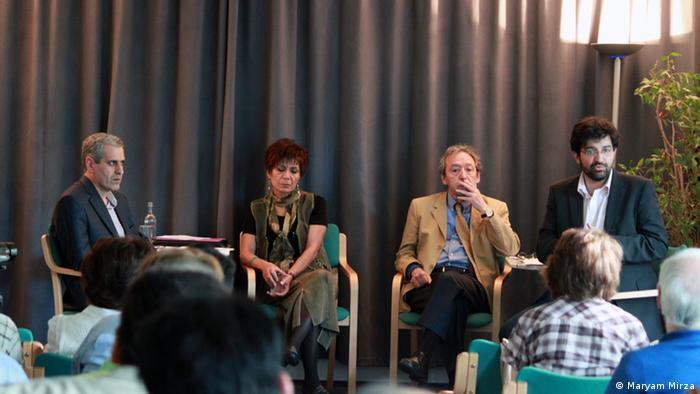 از چپ به راست: سهراب رزاقی، منصوره شجاعی و کاظم کردوانی (سخنرانان) و علی صمدی، گرداننده جلسه