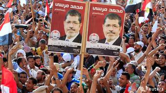 crowds with pictures of Morsi (EGYPT - Tags: POLITICS ELECTIONS)