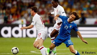 England's Scott Parker (L) and Danny Welbeck (C) challenge Italy's Andrea Pirlo during their Euro 2012 quarter-final soccer match at the Olympic Stadium in Kiev, June 24, 2012. REUTERS/Eddie Keogh (UKRAINE - Tags: SPORT SOCCER)