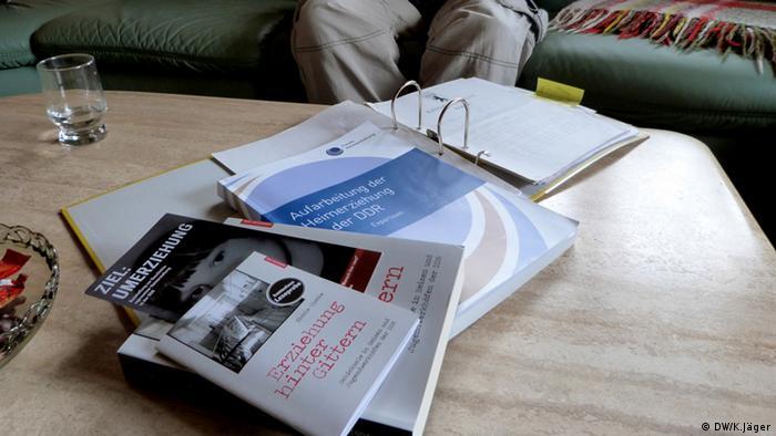 Bücher und Akten wurden geschrieben über das Leben von DDR-Heimkindern. Copyright: DW/Karin Jäger 14.06.2012