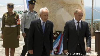 epa03280795 Russian Federation President Vladimir Putin (R) and the President of the State of Israel, President Shimon Peres (L) attend a ceremony to unveil the brand-new 'Victory Monument' in the Mediterranean city of Netanya, north of Israel on 25 June 2012. The monument commemorates fallen soldiers of the Red Army as well as the role of the Soviet Union in the victory over Nazi Germany and the liberation of the death camps during the Second World War. EPA/JACK GUEZ / POOL +++(c) dpa - Bildfunk+++