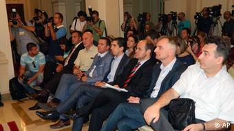 ...a pola ministara Vlade Federacije BiH odbilo je da nakon raspada vladajuće koalicije napusti pozicije.