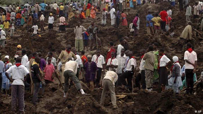 Wananchi wakijaribu kuwaokoa watu waliofunikwa na udongo