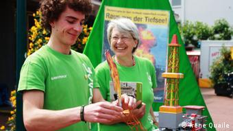 Zu gp volos Greenpeace-Freiwillige Lucas Ziemer und Ulrike Reutlinger bauen einen Modelbohrturm in Bad Godesberg auf Foto: Irene Quaile