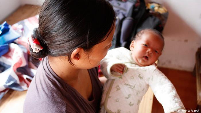 Untertitel zu 01: Ein Baby wurde im Flüchtlingslager geboren^ Überschrift: Flüchtlinge der ethnischen Minderheit Kachin aus Myanmar in Chinas Provinz Yunan Ort: Provinz Yunnan, China, Grenzgebiet zwischen Myanmar und China Quelle: Human Rightd Watch. Die Organisation überträgt das Verwendungsrecht dieser Bilder auf DW im Zusammenhang mit der Berichterstattung.
