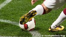 Fußball Rasen Fußballer Fußballschuhe Ball Schuss Symbolbild