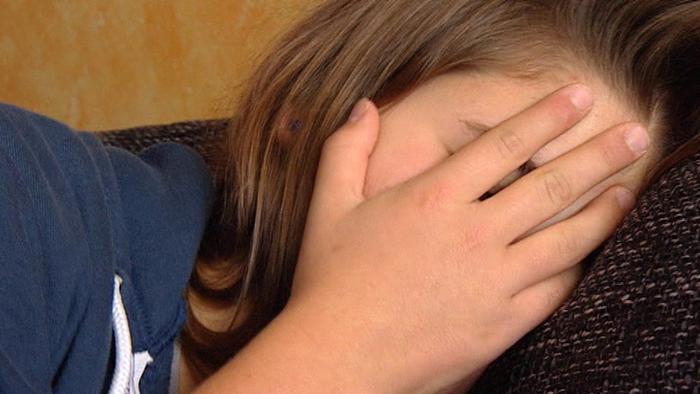 Mädchen hält sich Hand vor das Gesicht (Foto: DW-Archiv)