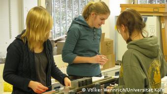 Forscher bereiten Sedimentbohrkerne für die Analyse vor (Foto: Volker Wennrich, Universität Köln/ Elgygytygn Drilling Project)