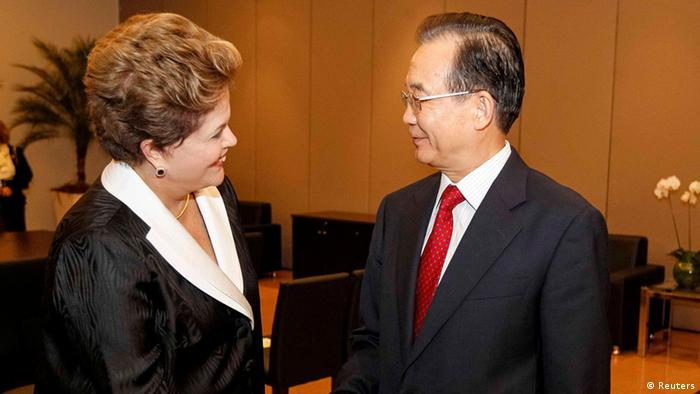 Brazil's President Dilma Rousseff (L) shakes hands with China's Premier Wen Jiabao Foto: REUTERS/Roberto Stuckert Filho