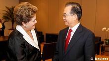 Dilma Rousseff (izq.) saluda a Wen Jiabao: hasta ahora, el Mercosur sólo ha firmado exitosamente un acuerdo de libre comercio con Israel.