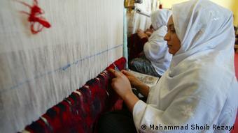 قالین بافی یکی از معمول ترین حرفه ها برای زنان افغان است.