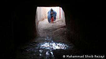 Frau vor Eingang in eine dunkle Straße (Foto: Mahammad Shoib Rezayi / DW)