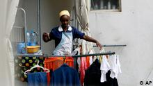 An Ethiopian maid hangs washed clothes as she stands on a balcony in Beirut, Lebanon Wednesday, Nov. 14, 2007. Thousands of foreign domestic workers in Lebanon and the Arab world face abuse at the hands of their employers. Some of these workers _ estimated at up to 150,000 in Lebanon _ come from places as far as Madagascar and Nepal, but the majority are from Sri Lanka, the Philippines, Ethiopia and Eritrea. (AP Photo/Grace Kassab) Der Artikel behandelt den Human Rights Watch Bericht über die schlechte Behandlung von ausländischen Dienstmädchen im Libanon und anderen Nahost-Ländern.