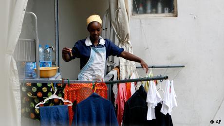 Arbeitsbedingungen für Frauen Ethiopische Frau im Libanon bei der Arbeit