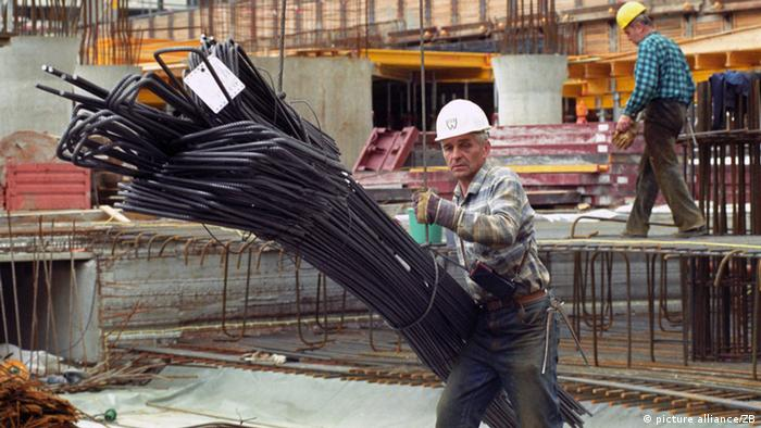 worker with hat at construction site. Foto: Wolfgang Kluge