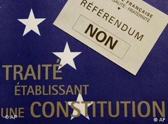 Plakat gegen die EU-Verfassung vor dem Referendum in Frankreich (29.05.2005), dpa