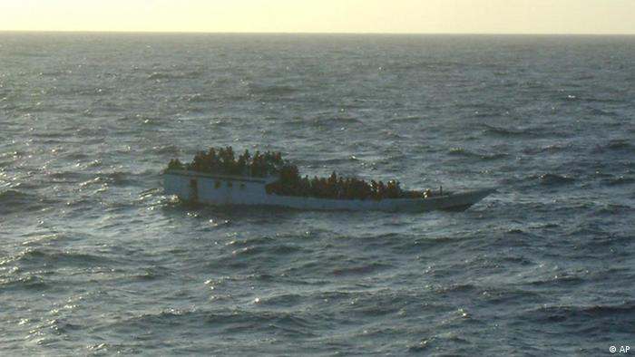 This June 27, 2012 photo released by Australian Maritime Safety Authority shows a boat carrying asylum seekers 200 kilometers (120 miles) north of Christmas Island in the Indian Ocean hours before capsizing Wednesday, June 27, 2012. The boat capsized Wednesday and 123 people were rescued from the ocean, Prime Minister Julia Gillard said, less than a week after more than 90 people drowned on a similar journey. (Foto:Australian Maritime Safety Authority/AP/dapd)