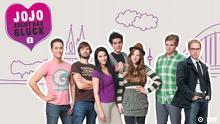 Die Protagonisten von Jojo sucht das Glück - Staffel 2 neben dem Logo des Kurses. (DW)