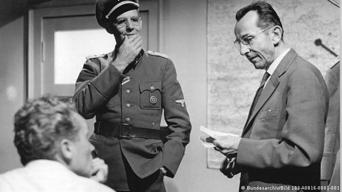 فیلم برهنه در میان گرگها که بر اساس رمانی به همین نام، نوشته برونو آپیتس (راست در تصویر) ساخته شده، از اولین آثار سینمایی در آلمان شرقی سابق است که به موضوع هولوکاست و جنبش مقاومت ضدفاشیستی میپردازد. این فیلم که با مشارکت آپیتس ساخته شد، در سال ۱۹۶۳ به نمایش درآمد و کارگردانی آن را فرانک بایر برعهده داشت. پرداختن به مقاومتهای ضدفاشیستی در آن زمان همخوان و هممسیر با ایدئولوژی آلمان شرقی بود.