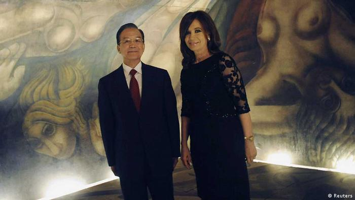 China's Premier Wen Jiabao and Argentina's President Cristina Fernandez de Kirchner (R) pose in front of a mural by Mexican artist David Siqueiros as they tour the museum at the Presidential Palace in Buenos Aires June 24, 2012. Wen is in Argentina for an official visit. REUTERS/Handout-Presidencia (ARGENTINA - Tags: POLITICS) FOR EDITORIAL USE ONLY. NOT FOR SALE FOR MARKETING OR ADVERTISING CAMPAIGNS // Eingestellt von wa