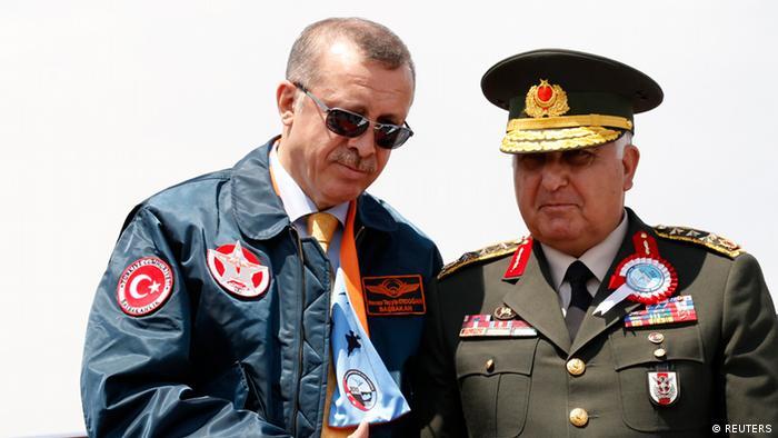 Presidente da Turquia, Recep Tayyip Erdogan, conversa com o general das Forças Armadas turcas, Necdet Özel