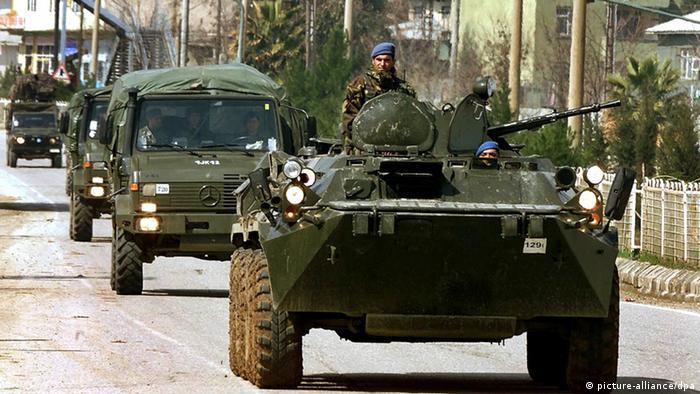 Ein Konvoi türkischer Militärfahrzeuge passiert am 7.3.2003 auf seinem Weg zur irakischen Grenze die Stadt Silopi (Türkei). Die türkische Armee hat den bisher größten Militärkonvoi in Richtung irakische Grenze in Marsch gesetzt. Der Generalstab widersprach türkischen Medienberichten, wonach der etwa 500 Fahrzeuge umfassende Konvoi die Grenze zum Nordirak passieren solle. Nachdem das Parlament der Stationierung von 62000 US-Soldaten die Zustimmung verweigert hatte, mehren sich in der Türkei die Anzeichen, dass die Regierung demnächst einen neuen Anlauf unternehmen könnte, die USA im Kriegsfall doch noch zu unterstützen.