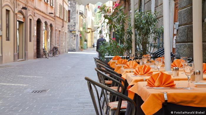 Italienisches Restaurant in einer engen Gasse in Como