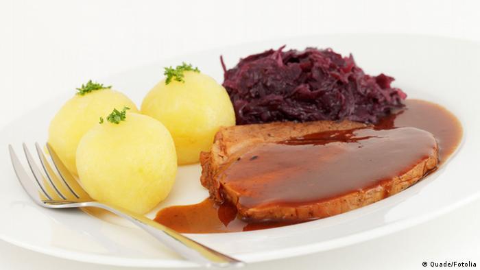 Schweinebraten mit Kartoffelklößen und Rotkohl (Foto: Quade/Fotolia)