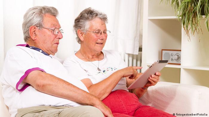 älteres Ehepaar mit Tablet-PC
