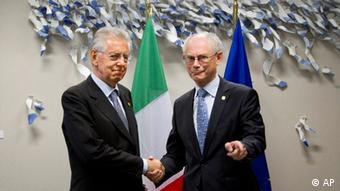 Italian Prime Minister Mario Monti, left, shakes hands with European Council President Herman Van Rompuy during a meeting prior to an EU Summit in Brussels on Thursday, June 28, 2012. EU leaders meet for a crucial two-day EU Summit amid growing concerns over the financial health of Greece, Spain and Italy. (Foto:Virginia Mayo/AP/dapd)