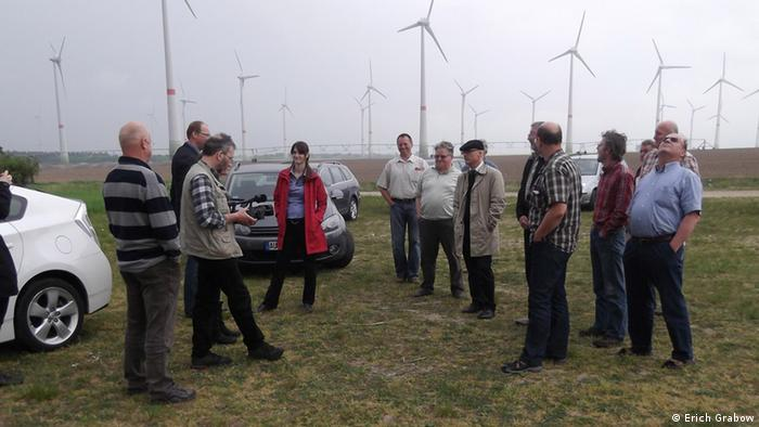 Bürger vor dem Windpark Schlalach (Foto: Erich Grabow)