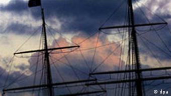 Regenwolken über Hamburgs Museumsschiff