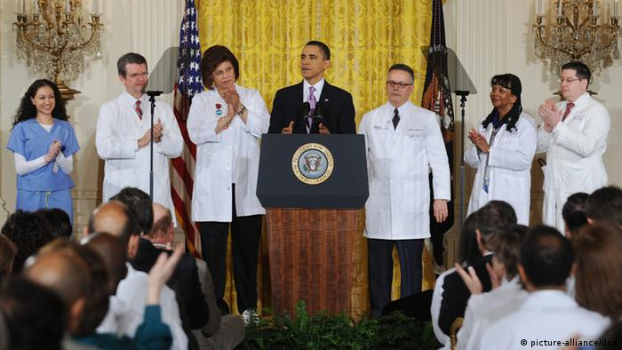 US President Barack Obama (C) receives applause from healthcare professionals while delivering remarks on healthcare reform from the East Room of the White House, in Washington DC, USA 03 March 2010. Trying to craft a bipartisan health care reform bill, President Obama said his new plan includes Republican ideas on tort reform and health savings accounts. EPA/MICHAEL REYNOLDS +++(c) dpa - Bildfunk+++