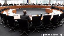 Der Präsident des Bundeskriminalamtes (BKA), Jörg Ziercke (vorn), sitzt am Donnerstag (28.06.2012) im Anhörungssaal des Paul-Löbe-Hauses in Berlin und wartet auf den Beginn des Ausschusses. Ziercke wird in der Sitzung des Neonazi-Untersuchugsausschusses des Bundestags als Zeuge vernommen. Foto: Wolfgang Kumm dpa/lbn