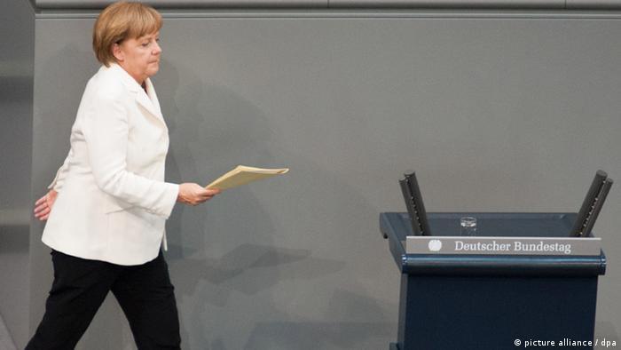 Bundeskanzlerin Angela Merkel (CDU) geht am Freitag (29.06.2012) im Bundestag in Berlin ans Rednerpult, um ihre Regierungserklärung abzugeben. Am Abend stimmt das Parlament über den Fiskalpakt und über den Europäischen Rettungsschirm ESM ab. Foto: Maurizio Gambarini dpa/lbn +++(c) dpa - Bildfunk+++