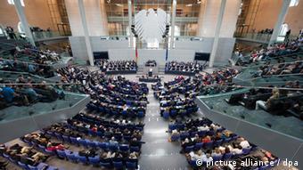 Bundeskanzlerin Angela Merkel (CDU) gibt am Freitag (29.06.2012) im Bundestag in Berlin eine Regierungserklärung ab. Am Abend stimmt das Parlament über den Fiskalpakt und über den Europäischen Rettungsschirm ESM ab. Foto: Maurizio Gambarini dpa/lbn