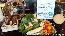 In der Brasserie der Yachthafenresidenz Hohe Düne sind am 01.09.2010 Bioprodukte aus der Region ausgestellt. V.l. Bio-Schinken und -Wurst vom Landwerthof Stahlbrode, Gemüse und Pilze aus Rostock und Bastorf, Käse vom Gut Bisdamitz auf der Insel Rügen. In Mecklenburg-Vorpommern haben sich etwa 20 Produzenten, Vermarkter von Biolebensmitteln und Gastronomen in der Initiative «ländlichfein» zusammengefunden. Ziel ist es nach Worten der Koordinatorin Nicole Knapstein vom Verein landaktiv in Dierhagen, den Kunden im Restaurant einen «ehrlichen regionalen Genuss» zu bieten. Darüber hinaus gehe es um den fairen Umgang mit Natur und Landschaft sowie zwischen Gastronomen und Erzeugern. Foto: Bernd Wüstneck dpa/lmv (zu Korr-Bericht mbv 4112: «ländlichfein»: Neuer Weg der Biovermarktung« am 06.09.2010)