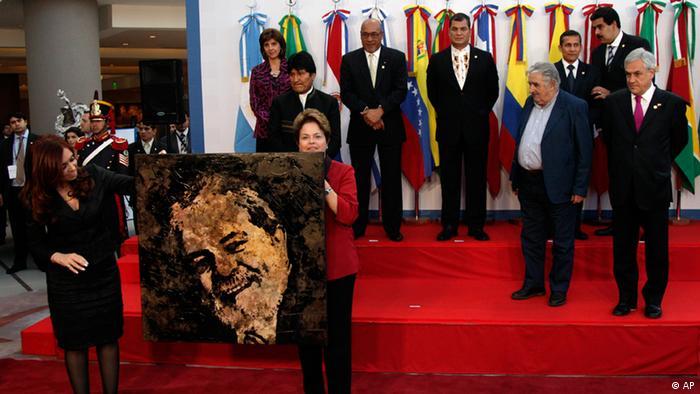 Cristina Kirchner e Dilma, com quadro com a imagem de Lula, durante cúpula da Unasul em 2012