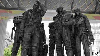The Bomber Command Memorial in Green Park, London which was unveiled by Queen Elizabeth II Thursday June 28, 2012. The memorial remembers the sacrifice and bravery of the 55,573 RAF crew who lost their lives in the Second World War. (Foto:John Stillwell, Pool/AP/dapd)